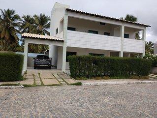 Casa com piscina, 50m da praia.