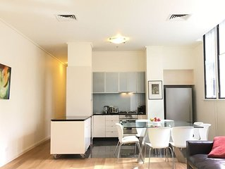 The Walkup: Luxury Central 3BD Apartment + Gym + Pool + Free WiFi + Parking