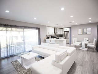 Luxury Renovated Home, private parking!