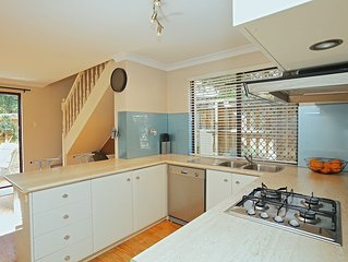 BEST LOCATION in Perth!  Free Wifi & Netflix Gorgeous Family friendly townhouse