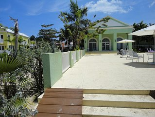 Meelie's Villa: free wifi, beach, pool, ocean & G-views, outdoor shower & bbq.