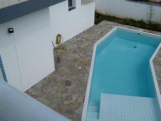 Casa Nova c/ 4 qtos. piscina e churrasqueira junto da casa - Ar cond nas suítes