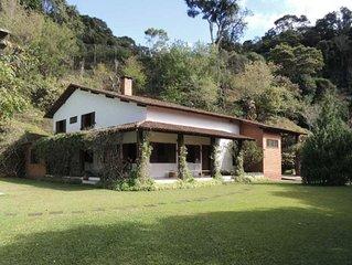 Casa com piscina e jardim amplo