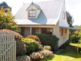 Blossom Cottage Blackheath couples families gas log fire spa bath bush walks