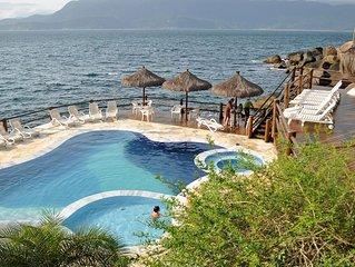 Casa de Charme em condomínio fechado com churrasqueira e piscina à beira mar