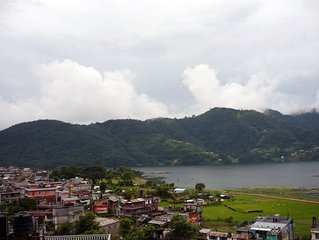 Appartement plein étage, terrasse large vue du lac