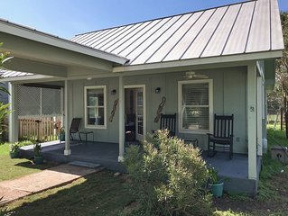Cozy Southern Comfort Art House Close to Downtown and Texas State