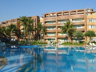 Apartamento na praia, em condomínio luxuoso, lazer completo, vista para o mar.