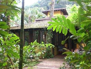 Linda casa em maravilhoso condominio com quadra tenis,piscina,sauna e serviço de