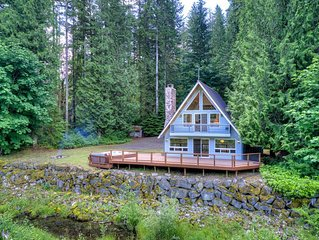 Mountain lodge close to hiking/biking trails- hot tub, views, fireplace & WiFi-