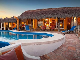Luxury, Spectacular views & beach in a beautiful bay of Huatulco.Private pool.