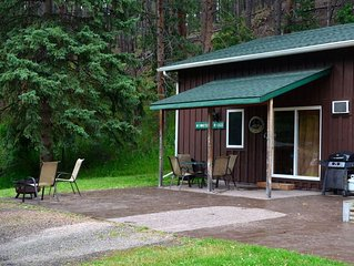 A fully-stocked, 2 bedroom cabin minutes from Rushmore - no cleaning fees