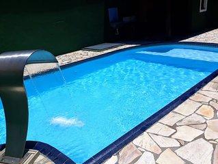 Linda casa com piscina e ótima localização