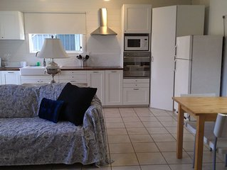 The Coast Shack - steps to Broadwater,Beach,Cafes, Unlimited WiFi, Air Con