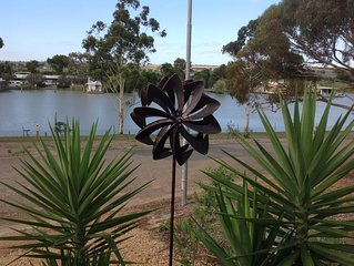 Riverglen retreat, marina frontage, river views, near The Bend Motorsport Park,