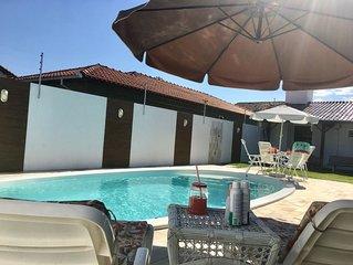 Casa c/ piscina, Split quartos, Wifi, 400m da praia. Roupas de cama e banho.