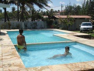 casa de praia com 5 quartos beira da praia em cumbuco, 4 suítes.