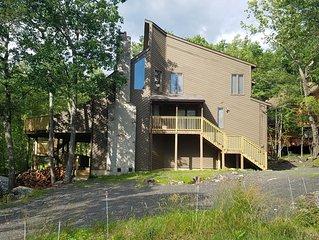 Spacious Slopeside Lodge!!! Sleeps 10+ Beautiful Pocono Getaway!