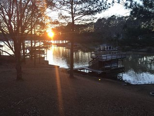 PRIVATE BOAT RAMP - 5 Bedroom lakefront home, deep water in a quiet cove