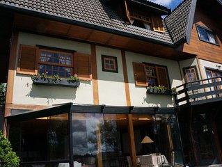 Linda casa, 1,5 KM do Capivari, 5 suites, espaço gourmet, vista para a montanha
