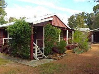 Dwellingup Hideaway - state forest ; dog friendly; late checkout available!!