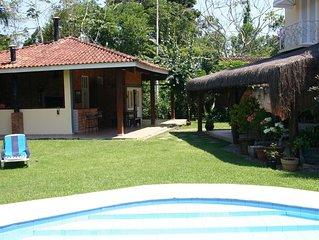 Confortável casa de praia com piscina, churrasqueira e ampla área verde