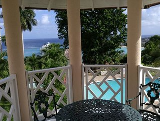 Blue Topaz- deluxe penthouse studio with stunning seaview