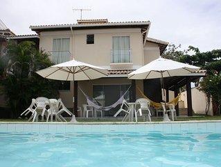 Excelente casa de praia com piscina, amplo e agradável jardim, próxima à praia.
