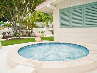 Charming Villa, Short Walk to the Beach, Jacuzzi and a Full-Size Swimming Pool,