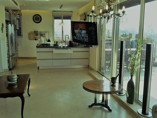 Family vacation penthouse, 66 steps to sea/beach, w/jacuzzi