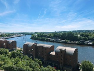 Modern 2 bedroom flat with stunning river view