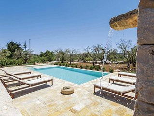 Modern 3 bedroom villa, outdoor dining, terrace, BBQ, pool & Wi-Fi