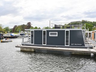 Cozy floating Boatlodge 'Het Vrijthof'. Max. 4 persons, 2 bedrooms.