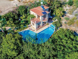 Countryside villa with infinity pool, BBQ, PlayStation 2 & free Wi-Fi