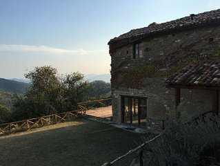 'Vineyard Cottage' with Mountain Views in the Heart of the Umbrian Countryside