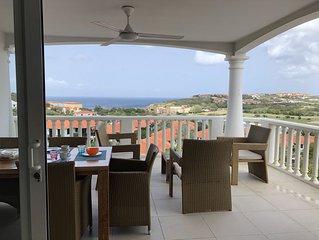Luxe appartement met adembenemend uitzicht over golfbaan en oceaan