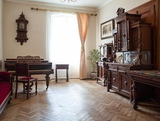 Central Classic 4-room Apartment