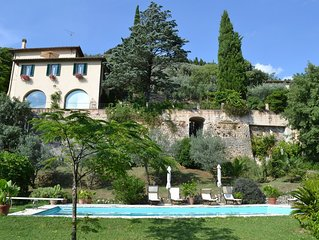Apartment (sleeps 5-6) with pool and a short walk to Trevi