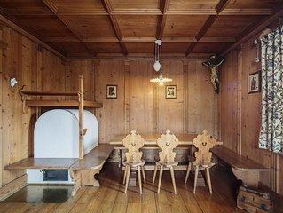 Appartamento ampio e luminoso arredato in legno, in tipico stile di montagna