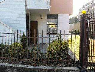 Roxy's House e un appartamento al piano terra, in un contesto condominiale.
