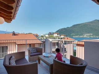 Lakeside penthouse apartment with pool, jacuzzi, bike hire, WIFI