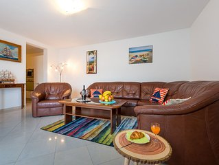 Feel Good Apartment- free parking, jacuzzi & sea view