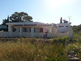 Villa indipendente con due ampie verande, 8+1 posti letto, 300 m circa dal mare.