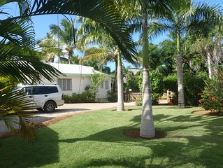 Maisonnette indépendante 60m2 300m plage et village. Propriété calme et fleurie