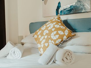 Relax in the hammock! Cosy garden flat, near to the beach & old town. Sleeps 4