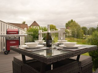 Lovely lodge with private deck and stunning lake view in Cotswolds Water Parks.