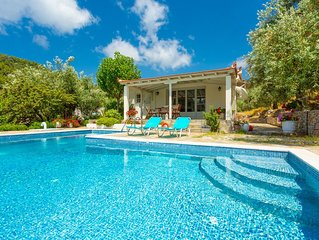 Villa Tassoula: Large Private Pool, Walk to Beach, WiFi