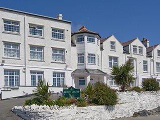 Stylish Penthouse apartment, short walk to fabulous beach, pubs and restaurants