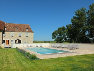 Recently renovated Bearnaise Farmhouse with heated pool and views of the Pyren