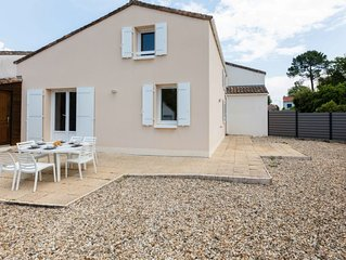 2 bedroom Villa, sleeps 6 with WiFi and Walk to Beach & Shops